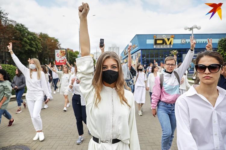 Около Комаровского рынка собрались сотни женщин в белой одежде и с цветами в руках.