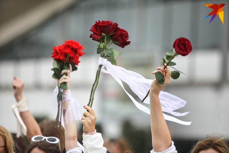 Почти у каждой женщины в руках были цветы.