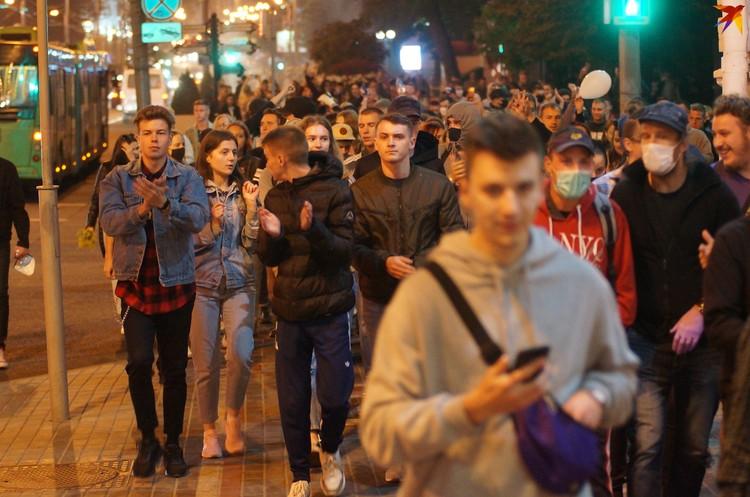 """Колонна прошла по центральной улице, скандируя """"Жыве Беларусь!"""""""