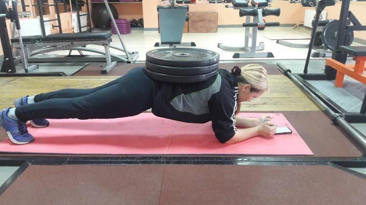А вы сколько простоите в планке с 55 килограммами на спине?