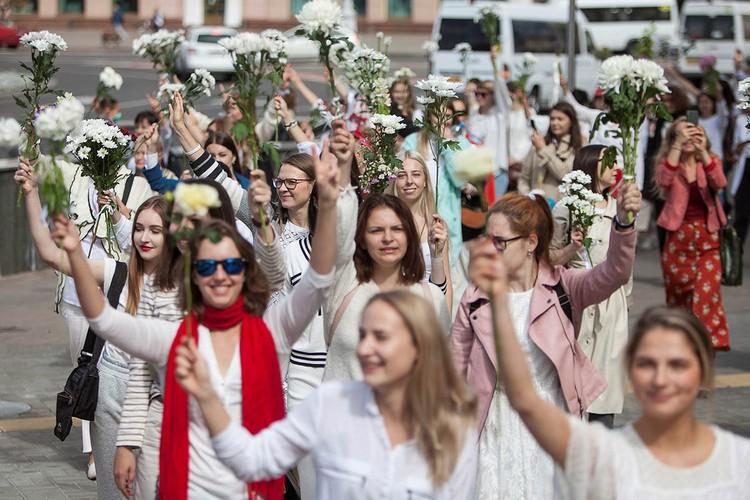 Живые цепи солидарности (люди выстраиваются в длинную шеренгу, держась за руки) стали появляться с самого утра в разных частях города Минска.
