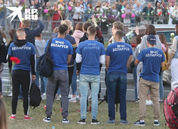Белорусские спасатели на митинге.