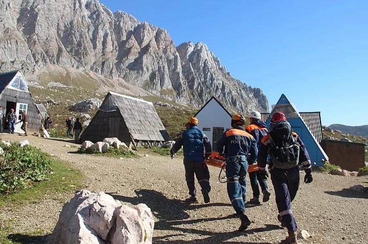 Спасателям часто приходится нести пострадавших туристов на носилках. Фото: ЮРПСО.