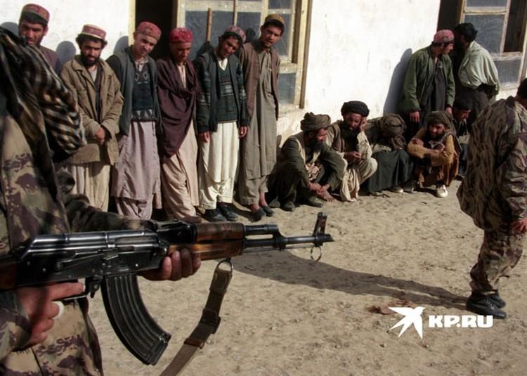 После приземления экипаж увидел толпу талибов