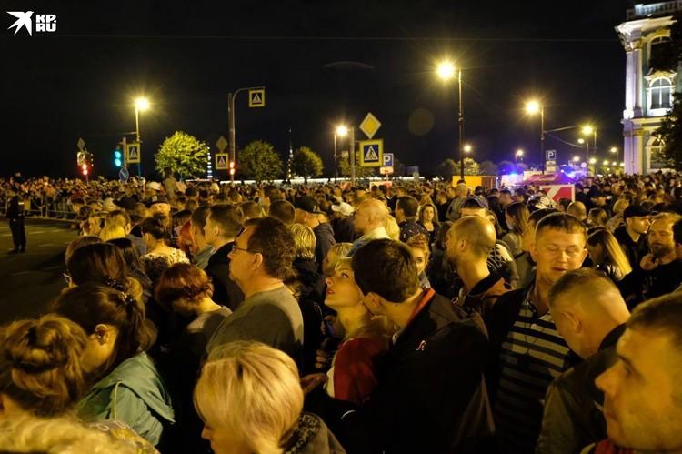 На акцию памяти пришли тысячи человек.
