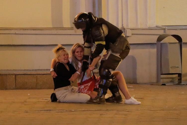 Милиционер пытается выгнать с площади женщин, 10 августа 2020 г.