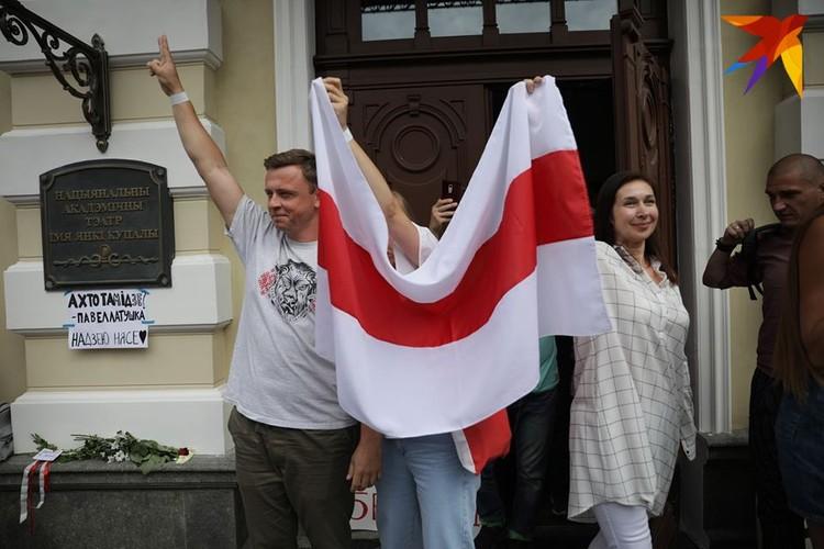 Некоторые артисты вышли с бело-красно-белым флагом.