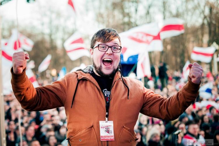 Еще один член совета – Павел Белоус (Белавус, как он называет себя в соцсетях). Павел - директор магазина, продающего национальную атрибутику и «наклейки протеста».