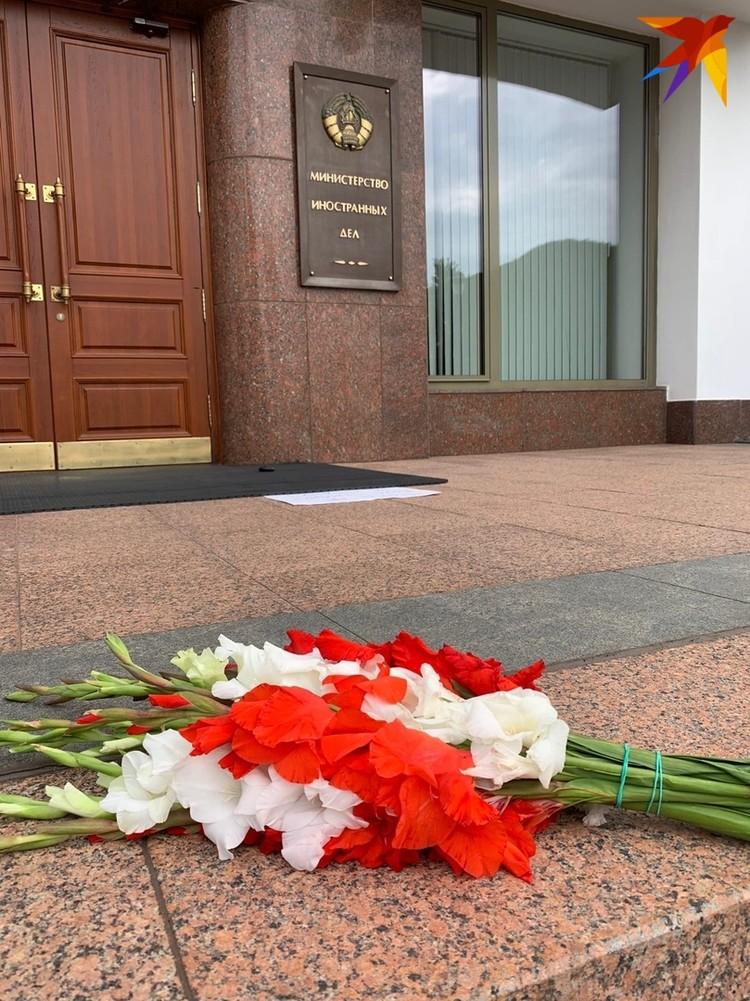 Вскоре работники МИД унесли цветы в здание