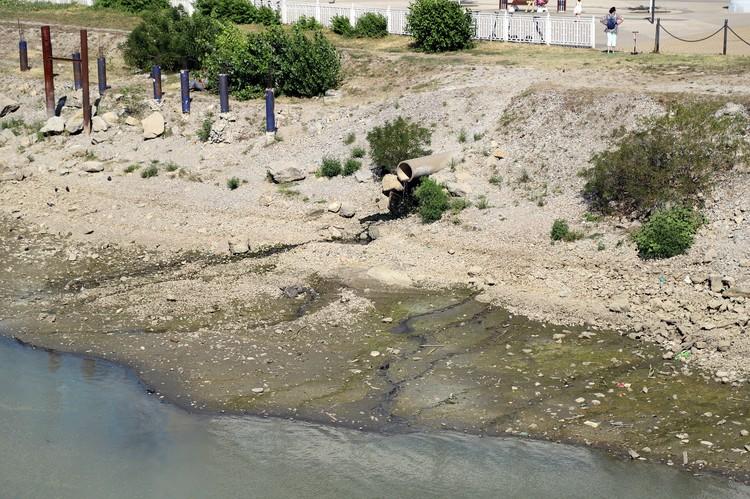 Корреспондент «Комсомолки» прошел по высохшим берегам в районе «Моста поцелуев».