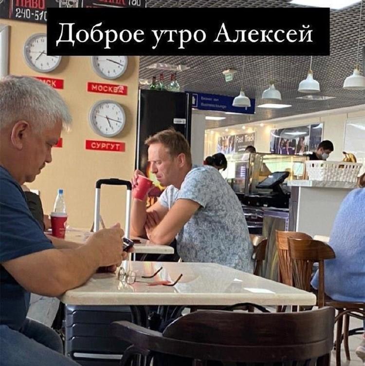 Появившееся в сети фото Навального в кафе аэропорта с утренним чаем в руках.
