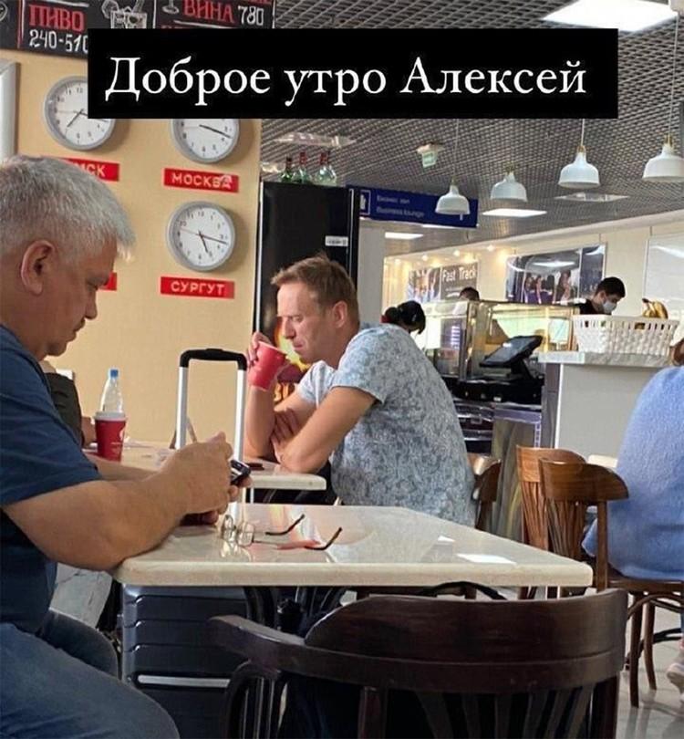 Один из пассажиров рейса поделился снимком Навального в кафе аэропорта.