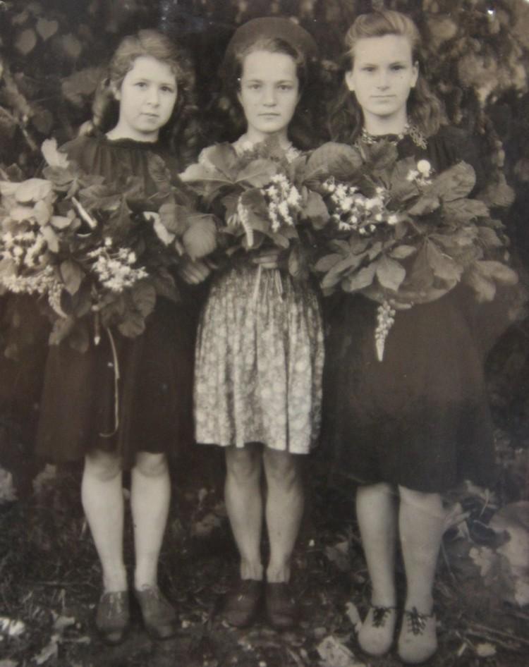 Валентина (в центре) с подругами и букетами каштанов (май 1949 года, Владимирово).