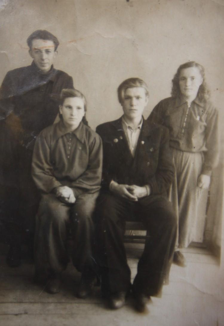 Фото, сделанное после велоэстафеты, из-за которого Алик Дидух (стоит слева) поругался со своей девушкой и женился на Валентине Кирпичевой (стоит справа).