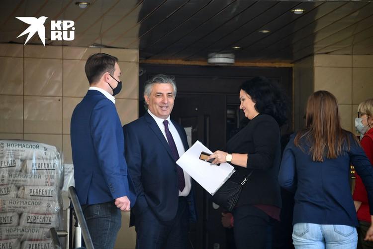 Адвокат Эльман Пашаев (в центре) у здания Пресненского городского суда города Москвы после заседания по делу о ДТП со смертельным исходом с участием актера Михаила Ефремова.