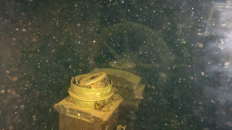 Носовая часть корабля неплохо сохранилась, в отличие от кормовой, куда попала бомба. Фото: ЦПИ РГО