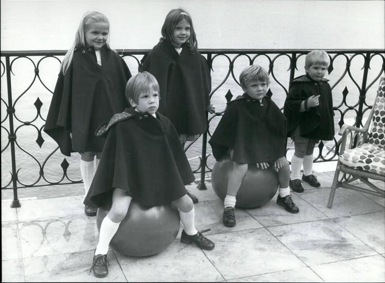 Будущий корол Филипп VI со своими братьями и сестрами.