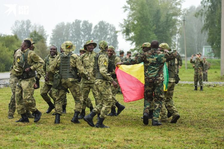 Боевой танец военнослужащих из Конго перед первым этапом соревнований.