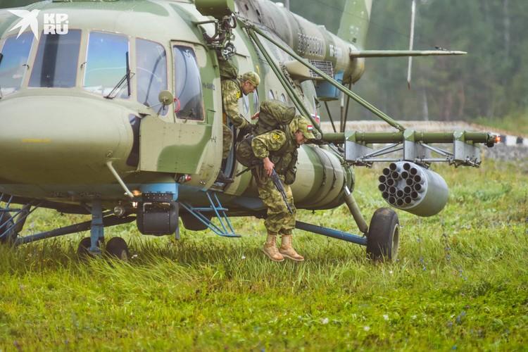 Второй десантировалась команда из Таджикистана — тоже быстрые и четкие действия.