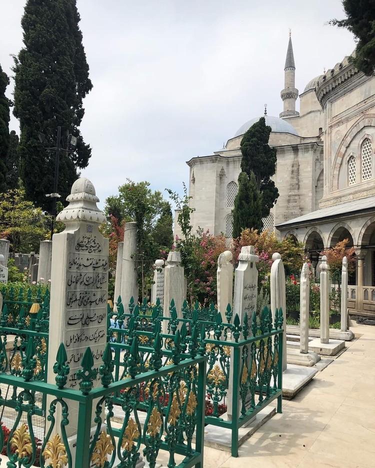 Кладбище возле мавзолея Султана Сулеймана