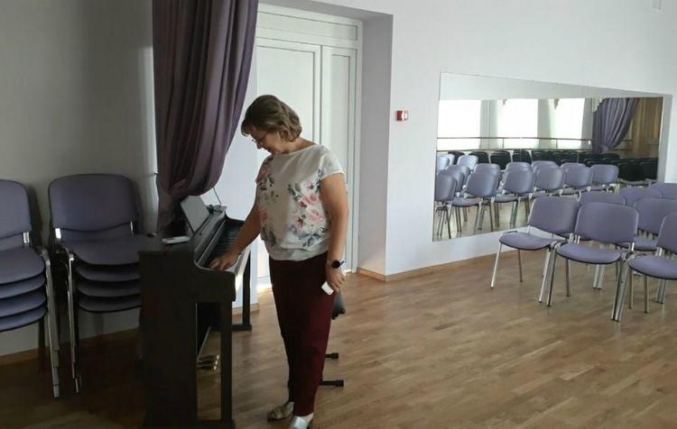 Электронное пианино - еще одна достопримечательность школы
