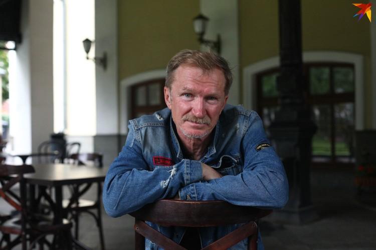 «Улыбаться, наверное, надо?» - спрашивает заслуженный артист Беларуси Игорь Денисов, позируя для фото