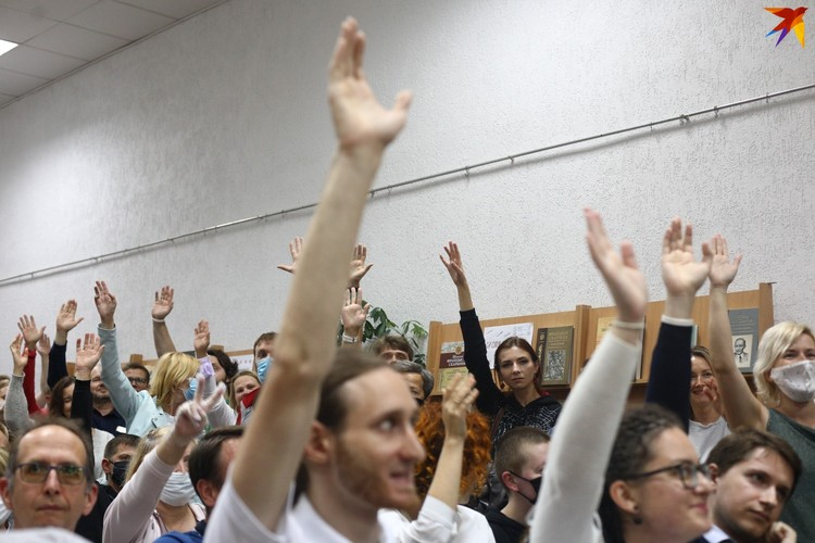 Люди подняли руки, поддержав объявленную повестку встречи.