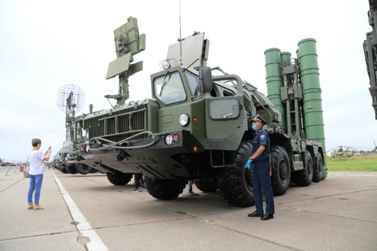 Были выступления подразделений спецназа, «Танковый вальс» и «Мазурку» на БМП