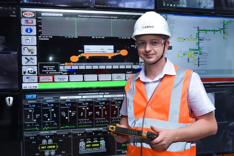 Мониторы с важными показателями и видео из шахты занимают в диспетчерской целую стену.