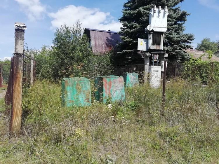 Спрашивается, зачем вообще нужны эти контейнеры, если они перевернуты и стоят за забором