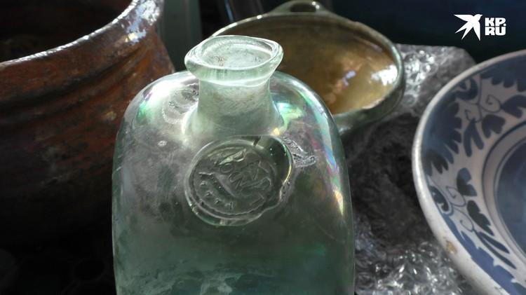 В таких бутылках, скорее всего, перевозили джин. Сделан он был в Лондоне, о чем говорит клеймо на бутылке