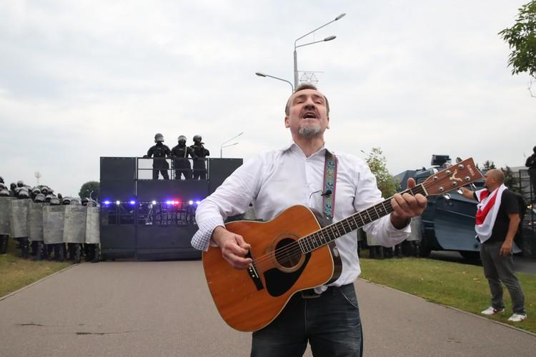 Август 2020 года, Белоруссия, во время акции оппозиции у стелы Городу-герою Минску. Фото: Наталья Федосенко/ТАСС