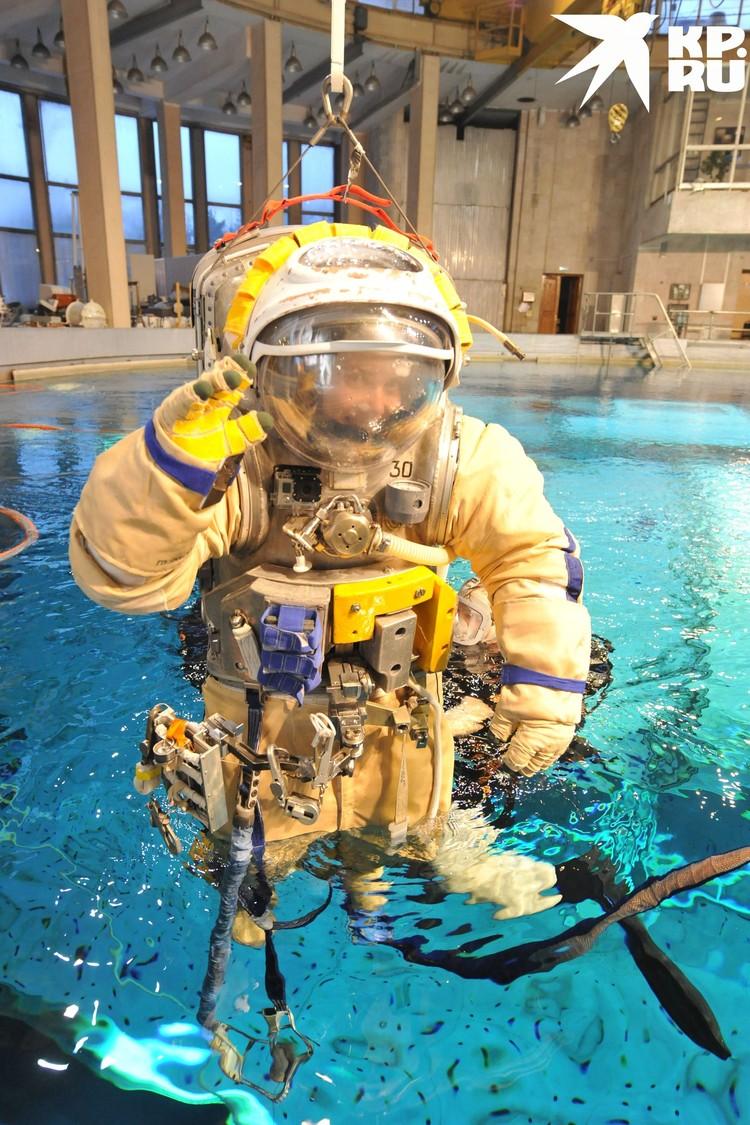 Тренировка в бассейне. Фото: Роскосмос.