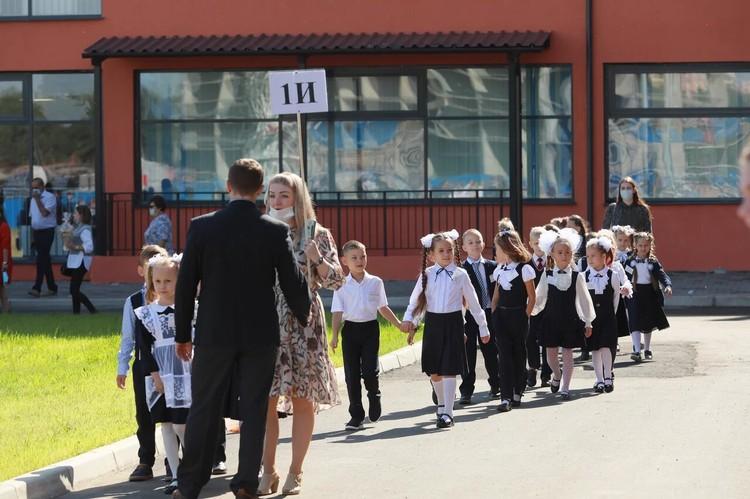 После торжественной линейки первоклашки расходятся по классам - знакомиться