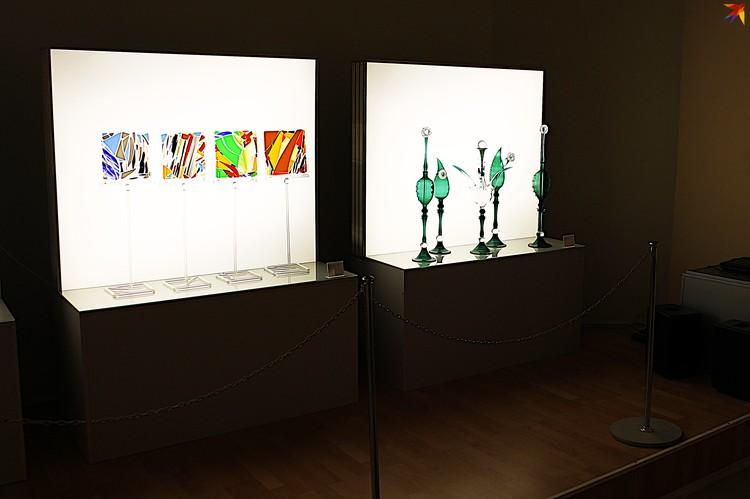 На выставке «Диалоги со стеклом» в Твери представлены работы в разных техниках.