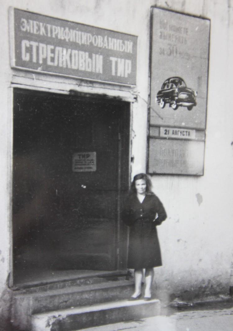 Зоя Васильевна успела поработать гардеробщицей и кассиром в бильярдной, а потом заведовала тиром.
