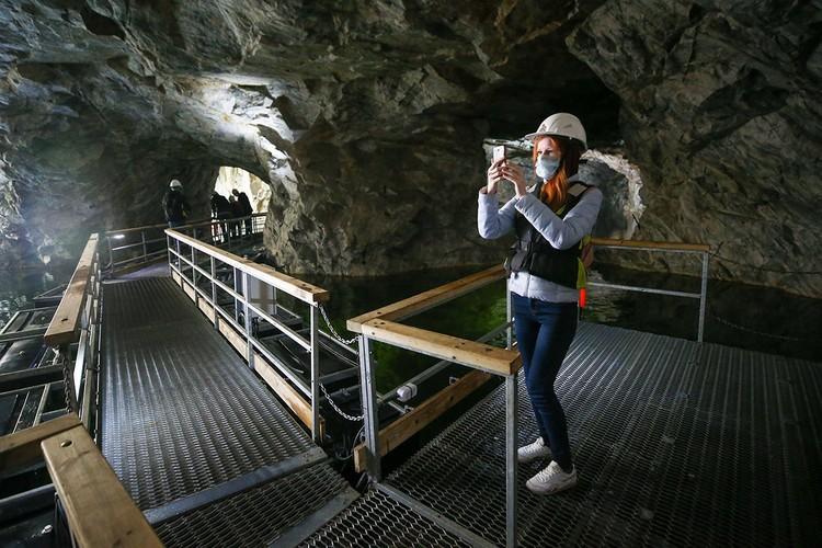 """Посетители горного парка """"Рускеала"""" во время осмотра пещеры. Фото: Петр Ковалев/ТАСС"""