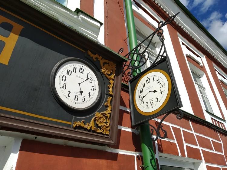 Часы тоже стилизованы под старину.