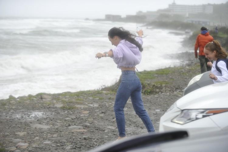 Горожане фотографируются с ветром