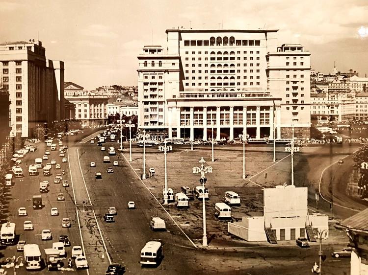 Манежная площадь без ныне построенного торгового центра «Охотный ряд».