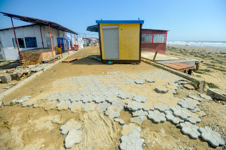 Пляж сильно потрепало