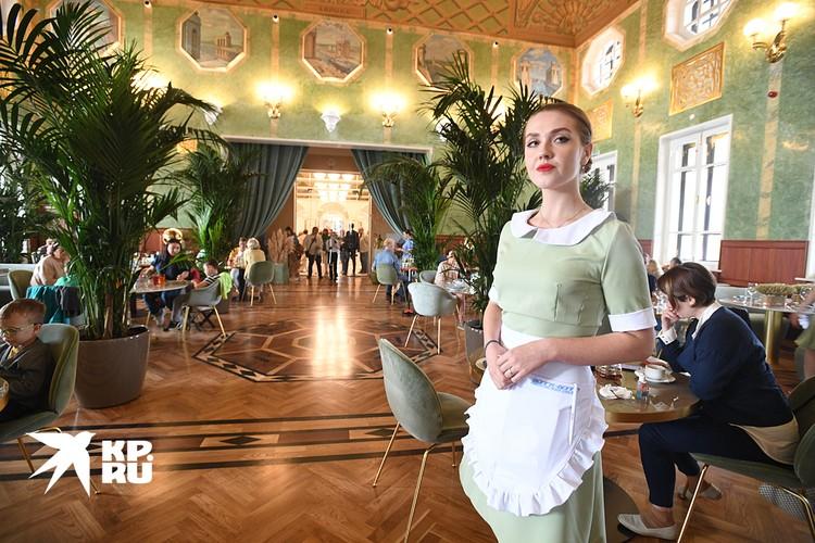 В ресторане сохранен дизайн - зеленые стены, живопись, фонарики и пальмы в горшках