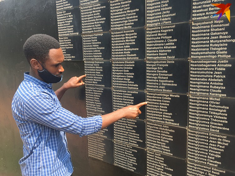 Мемориал Геноцида. Фиксер Мерлин показывает погибших, которых он когда-то знал лично
