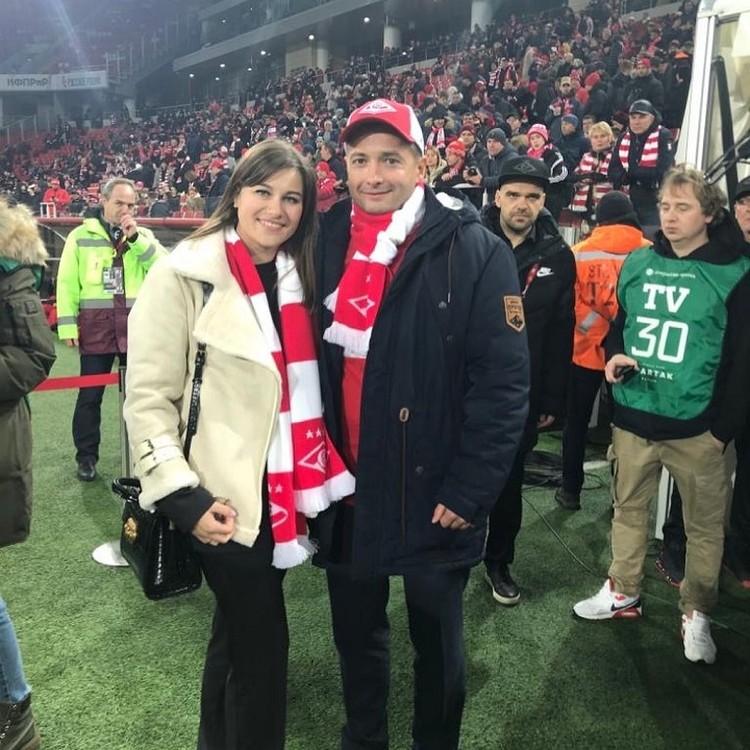 Дамир Юсупов с женой на стадионе «Открытие Арена». Известно, что летчик болеет за «Спартак». Фото: Instagram
