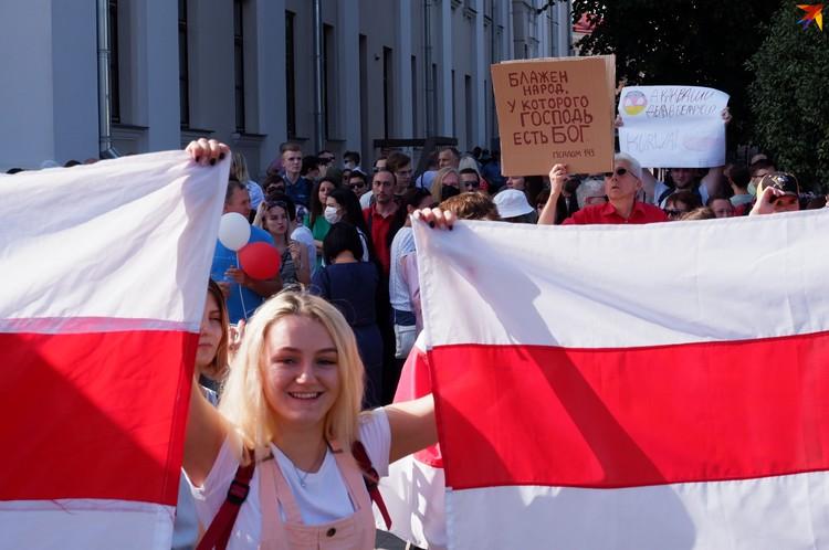 На шествии некоторые держали в руках христианские плакаты
