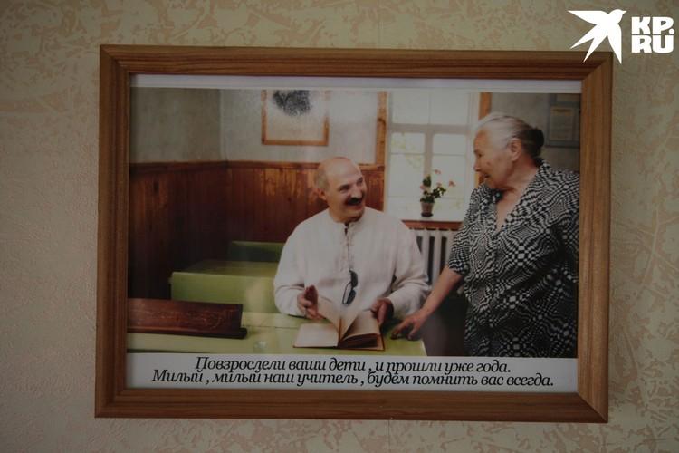 В школе висит фотография: Лукашенко приехал пообщаться со своей учительницей.