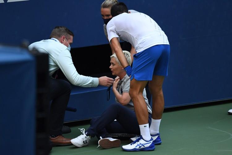 Джокович отбросил мяч в сторону арбитра и попал в женщину-лайнсмена