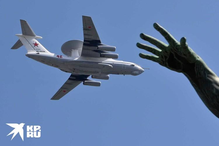 Самолет в небе над Москвой во время парада Победы.