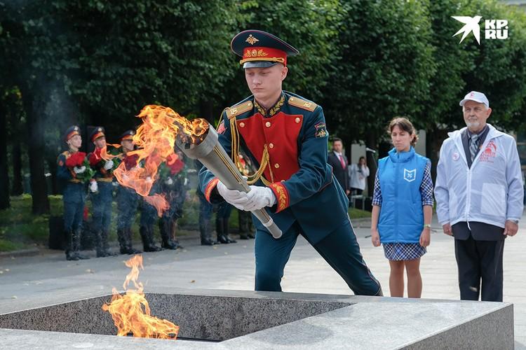 В этом году священный огонь зажгли на каждом километровом столбе Дороги жизни как символ памяти и благодарности ветеранам.