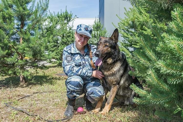 Пес и его хозяйка - кинолог Мария Копцева.